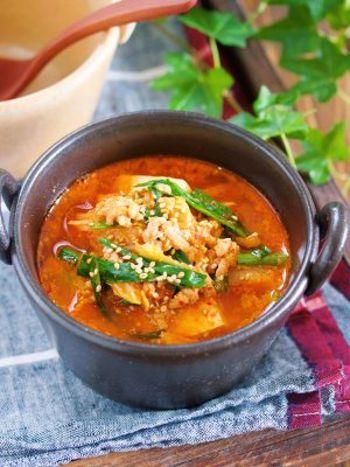 「お豆腐×キムチ」は言わずと知れた名コンビですよね。ピリ辛風味は後を引く美味しさです。辛いものが好きな方、苦手な方も自分で辛さを調節して自分好みの味に仕上げてくださいね。豆腐のおかげで腹持ちもバッチリ!