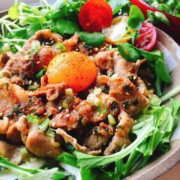 ニンニクが食欲をそそる豚丼は一見がっつりレシピですがお肉の下には一面のキャベツ。生のままなのでシャキシャキ!これから旬を迎える春キャベツをどっさり使えば甘みたっぷり&みずみずしい食感を楽しめます。