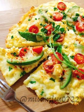 ピザといってもピザ生地は使わずに卵&チーズで生地づくり。キッシュと違って具材が上に乗っているので見た目以上に華やかなのでおもてなし料理にもおすすめです。家飲みでのワインつまみにもぴったりですね。