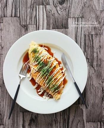 白菜でボリュームたっぷりなオムレツは、白菜を炒めて卵で包むだけのお手軽レシピ。白菜の優しい甘みに癒されるほっこりメニューとなっています。ケチャップやソースなど最後の調味料で味が大きく変わるのでお好みの味で召し上がれ♪
