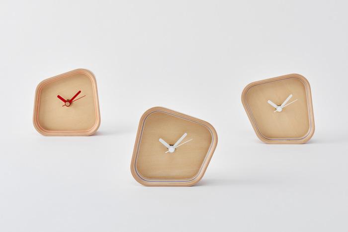 色々な形に見える時計、実はデザインは同じなんです。置き方によって多彩な表情を見せてくれるこの時計は、さり気なく枠に断面が見えています。