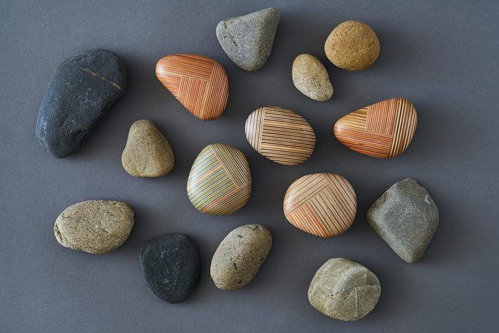 まるで河原に落ちている小石のような形のペーパーウェイト。自然なシルエットと斬新なストライプが印象的です。