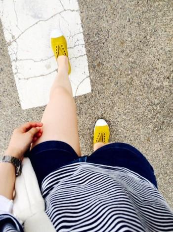 スペインの人たちは散歩が大好き。仲間や家族と外で過ごすことが多く、海辺や山のリゾート地でも街中のバル巡りでもよく歩きます。そのため、靴の履き心地は重要。夏のビーチではサンダルもいいけれど、バルへ行くにはシューズがほしい……と、そんな時に最適なのが、素足で履けるVICTORIAの一足なのです。