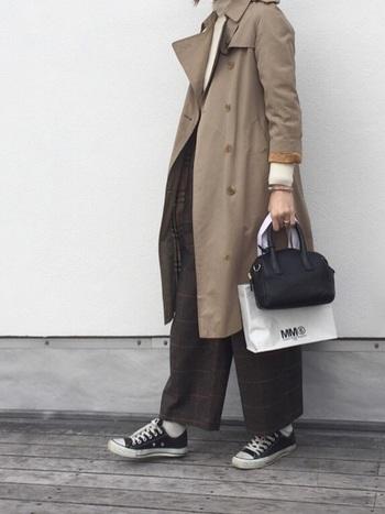 バーバリーのコート+チェックのパンツというトラッドなコーデですが、足元をコンバースにすることで、程よい抜け感が生まれます。