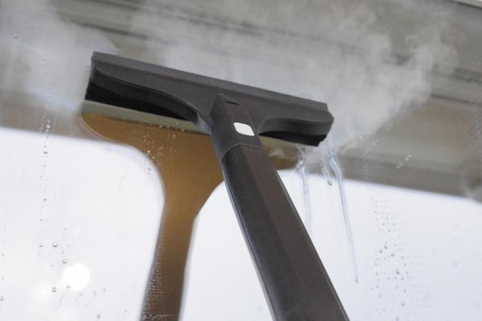 窓も花粉や塵で埃っぽく汚れてしまいがちです。スチームクリーナーなら一気に落とせるので掃除も楽しくなりそう。高温なので乾きが早い点も◎