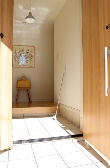 空気中に舞いやすい花粉を掃除するなら「水」を使うのが1番!人に付いて入ってきた花粉が溜まりやすい玄関は、毎日水拭きするかデッキブラシで流してしまいましょう。