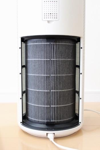 フィルターは年1回丸ごと交換するタイプで、普段のお手入れは掃除機で吸い取ればOK。臭いも除去してくれるので、オールシーズン使えますね。
