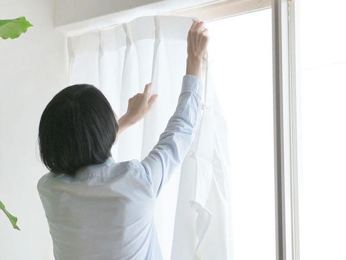 窓を空けないよう気をつけていても花粉は入っているもの。空気中の花粉や埃が溜まりやすいカーテンもこまめに洗いましょう。大物ですが、ネットを使えばコンパクトに。