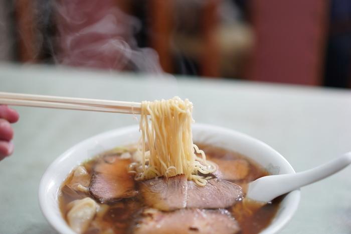 けれども、先述した通り「熱海」は、古くから栄え、多くの人々が行き交う街です。この街には、和食や魚介料理以外でも、美味しい料理や土産を供し、古くから人気の名店も多くあります。 【熱海の人気店「わんたんや」の『チャーシューワンタンメン』】