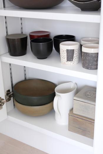 ゲスト用の器や、大皿、重い食器類は、食器棚の下のほう・奥のほうに片付けておきましょう。「何のために」「どこにしまっているか」意識しておけば、本当に使いたいときはパッと取り出せますよ♪