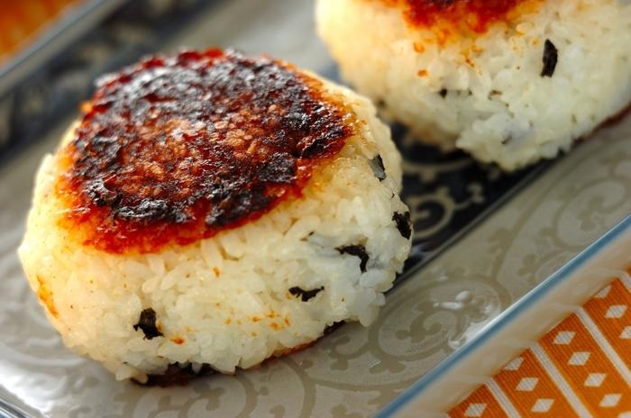 コチュジャン(唐辛子みそ)を使った、韓国風の焼きおにぎり。韓国のりをちぎってご飯に混ぜるのがポイントです。