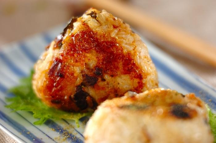 ウナギの蒲焼きを炊き上がったご飯に混ぜておにぎりを作り、フライパンで焼きます。ウナギ蒲焼きのタレを塗って、こんがりと焼き色を付けて。ウナギの蒲焼きを炊飯器に入れてふっくらさせるのが美味しさのポイントです!