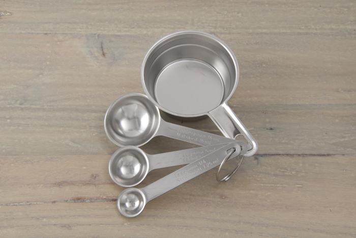 計量スプーンは、大さじ15ml、小さじ5mlが基本のスタイル。こちらは、その基本の2本に加えて、さらにベーキングパウダーなどの計量に便利な、小さじ1/2や1/4の小さなスプーンがセットに。素材はステンレスなので、匂いや色が付きにくく、お菓子作りには勿論、普段のお料理にも安心して使うことが出来ます。4本のスプーンはリングでつながっているので、収納時する際もスッキリと重ねられ、ひとつだけ紛失しまい、あちこち探してしまう…なんて心配もありません。