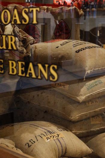 コーヒー専門店では、それぞれのお店おすすめのブレンドがあります。初心者さんは、そうしたおすすめのブレンドを試しながら、コーヒー豆の特徴を聞いてみることで、自分の好みのお味のコーヒー豆がどういったものなのか、わかるようになっていきます。