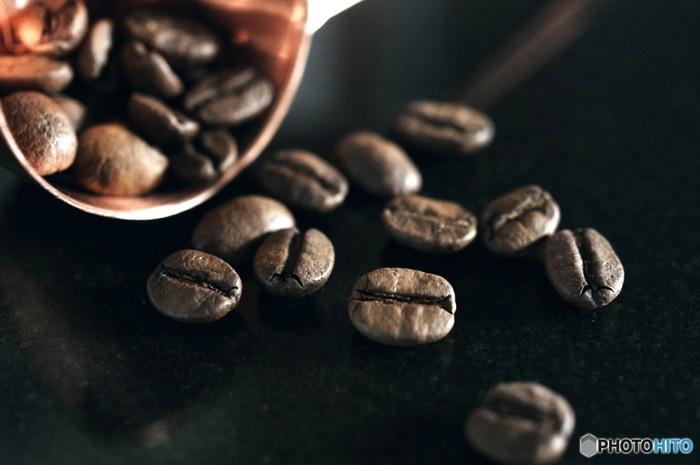 キリマンジャロはタンザニア産のコーヒー豆で、酸味が強く、甘い香りとコク深い風味の良さが特徴です。アフリカ大陸の最高峰の山、キリマンジャロのふもとの町、アルーシャやモシの近くにある標高1500メートルから2500メートルのプランテーションで栽培されています。
