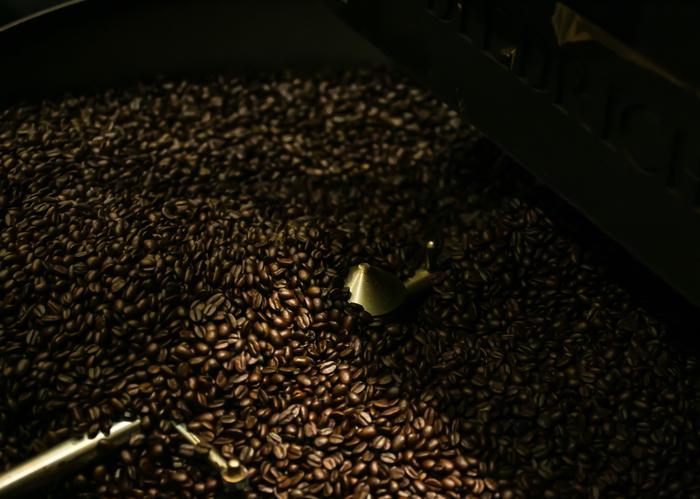 ハワイ・コナはハワイ島のコナ地区でだけ栽培されるコーヒーで、キリマンジャロ、ブルーマウンテンとともに世界三大コーヒーのひとつとしても有名です。ハワイ州政府の厳しい管理のもとで栽培されるコナコーヒーは、まろやかな口当たりと、深みのある香り、すっきりとした後味が特徴です。