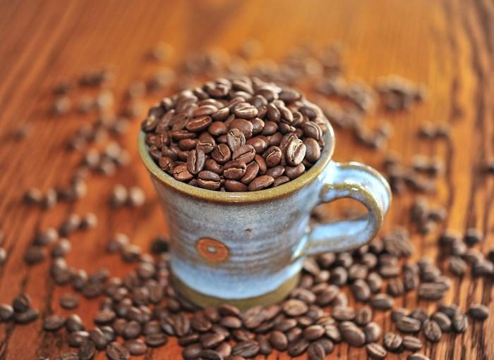 コーヒー豆は、焙煎具合によって、苦みや酸味のあらわれ方が変わってきます。普通は、焙煎の浅いコーヒーは酸味が強く、焙煎の深いコーヒーは苦みが強いと感じられます。