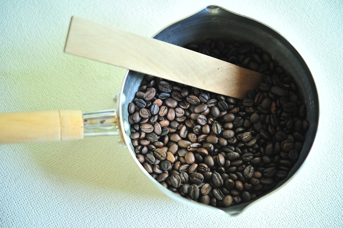 手網やフライパンなどに生豆を入れたら、焼きムラが出ないように豆に均一に火を入れていきます。10分くらいすると、一度目の爆ぜが始まります。一度目の爆ぜが終わると中炒りくらいになります。さらに火を入れていくと、二爆ぜとなり、コーヒーらしい香りが辺りに漂ってきます。