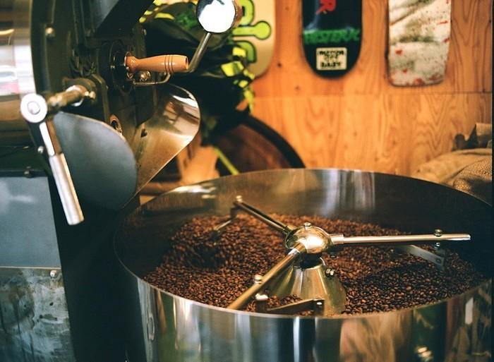 焙煎とよばれるロースト作業は、コーヒーの生豆に火を入れ、炒っていく作業のことです。コーヒーの生豆はもともと淡緑色で、香ばしさや味などほとんど感じられません。焙煎をしていくことで、生豆の成分が化学変化を起こして、ふくよかな香りや甘み、酸味や苦みなどの風味があらわれます。