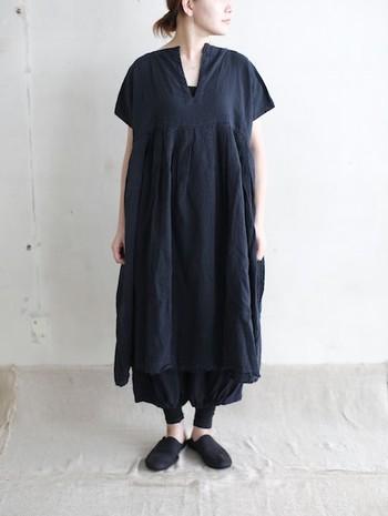 こちらはクールで大人っぽい雰囲気のオールブラックコーデ。全身を黒で統一したシックな装いでも、リネン素材なら軽やかな印象に着こなせます。ゆったりした女性らしいフレアラインと、程よいぬけ感のあるスキッパーデザインがおしゃれですね。