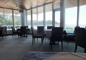 レストランは2階。連続窓から、海・富士山・江の島までぐるりと見渡せます。 テーブル間の距離がほどよく保たれ、会員制ヨットクラブの頃の面影が。