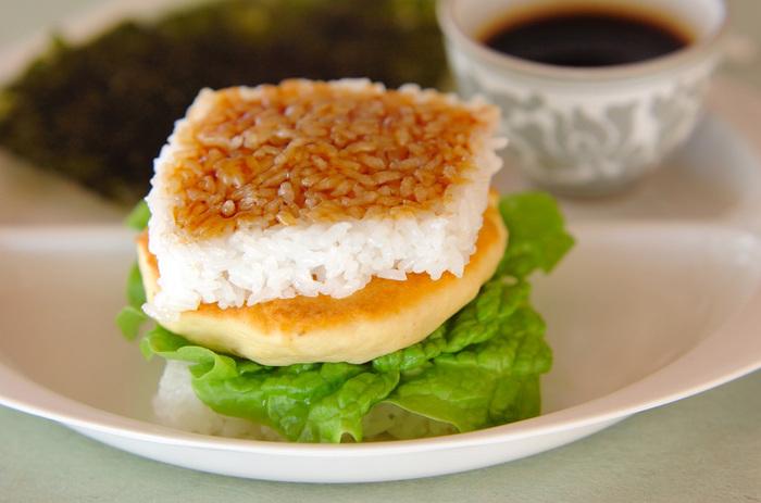 大人も子供も大好きな照り焼き味のふわふわつくねを、フライパンで焼いたご飯でサンド。サンチュを一緒に挟み、トッピングも韓国のりで。ボリューム満点のレシピです。