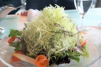 『三浦キャベツのサラダ』は山盛りで提供されます。