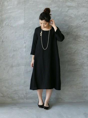 シンプルな黒ワンピースにパールネックレスをプラスするだけで、ワンランク上のおしゃれなオケージョンスタイルが完成。パール特有の上品な存在感が、女性らしさと大人っぽさを高めてくれます。
