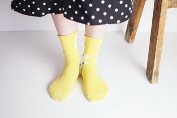 やわらかなベースカラーにちょうちょが飛ぶデザインの靴下です。前から見ると無地のようにも見えるので、柄物初心者さんでもチャレンジしやすい靴下ですね。