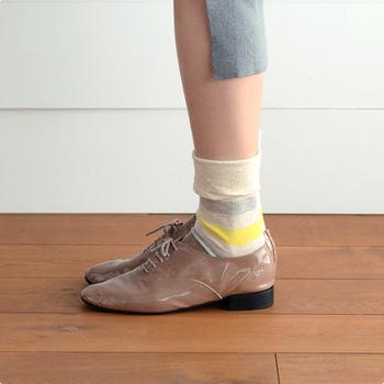 肌にぴったりと寄り添うラインが美しいこちらの靴下。穏やかなボーダーなので、装いのやわらかなアクセントになります。