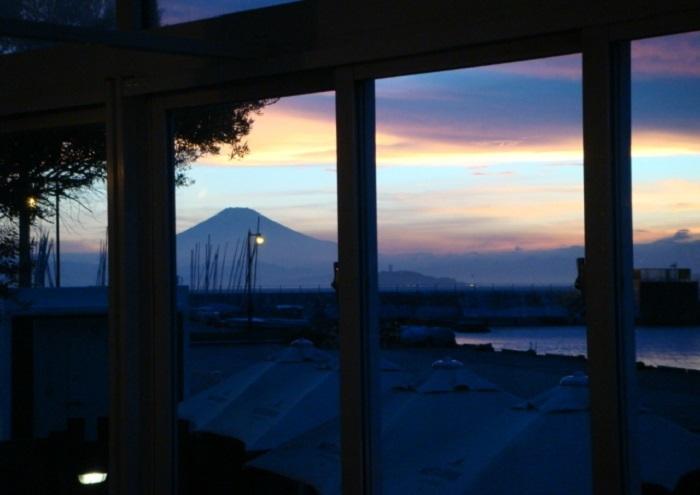 レストラン ラ・マーレから望む夕暮れの富士山。