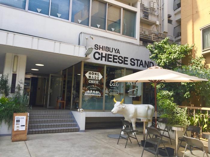 まずチーズの専門店。渋谷駅から10分ほど歩いたところで店頭で白い牛のオブジェが迎えてくれるお店です。保存料などの添加物を使わない、新鮮なフレッシュチーズを買うことができます。