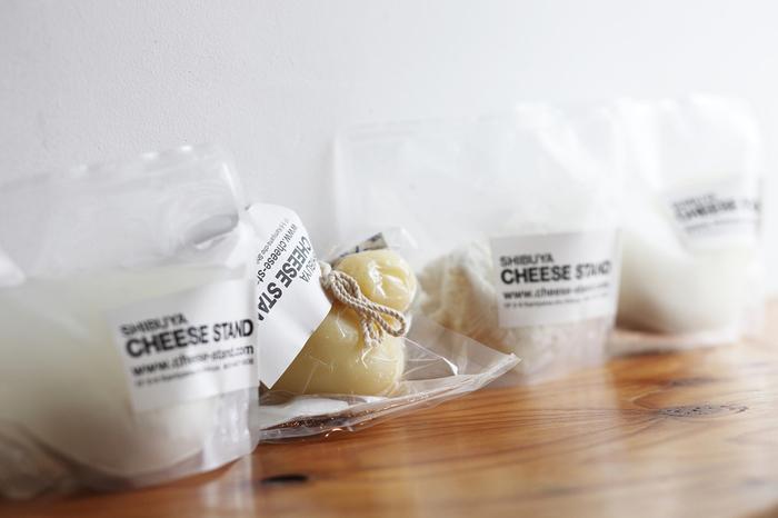 テイクアウトのほかオンラインショップもあり、またもちろん店内でいただくこともできます。普段あまり見かけないような珍しいタイプのチーズもありますよ。