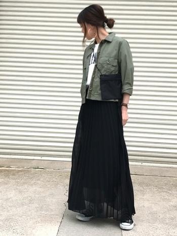ショート丈のミリタリージャケットに、ロングプリーツスカートを合わせた辛口スタイル。ブラックのスカートも透け感のある素材なので、軽やかで春らしい印象です。