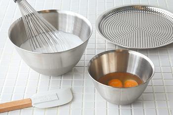 お菓子作りの基本「まぜる」動作は、お菓子作りには欠かせない存在です。混ぜ方を変えることで、味や仕上がりが変わってきます。混ぜ方を変えるためには、道具選びがポイントに!作るお菓子や目的によって道具を使い分けることが大切です。