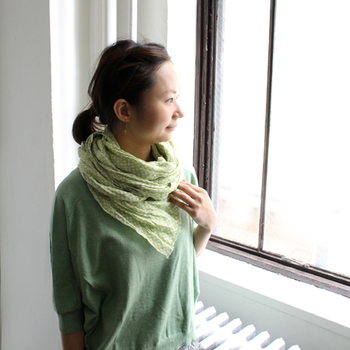グリーンのトーンでまとめると、また違った雰囲気に変身。グッと和やかな印象になって、清々しい春スタイルに転びます。ストールをグルグル巻きにするときは、ヘアをすっきりまとめるのが正解!