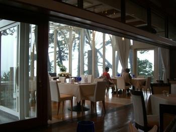 全面ガラス張りのレストランホールから、松林越しに西湘の海を見渡すことができます。