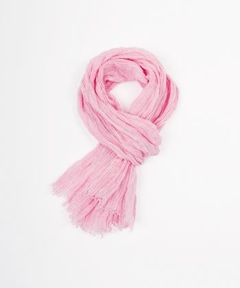 春にマストなピンクのアイテム。洋服ではなかなか取り入れられないという方も、ストールなら簡単。短めの長さをチョイスすることで、どんなスタイルも愛くるしいイメージに持ち込めます。