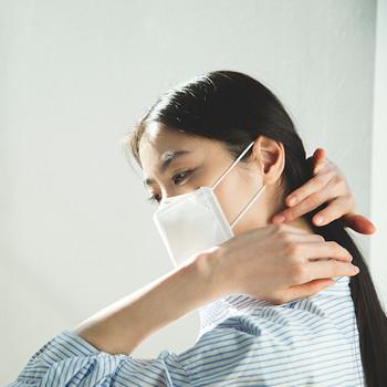 もうすぐ花粉が飛び出す季節。毎日マスクが手放せないという方も多いのではないでしょうか?でもマスクって、メイクが崩れたり、つけること自体にストレスを感じることもありますよね。 そこで今回は、マスクをつける際のメイクポイントや、マスクの選び方について大特集。ぜひ参考にして、マスク生活を少しでも快適なものにしてみましょう!