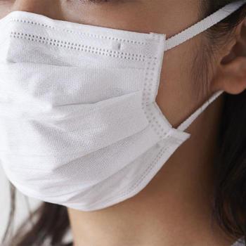 上部に針金が入っているなど、鼻の形にフィットさせやすいマスクがベター。口回りに空間ができるので、リップやチーク移りも軽減することができます。