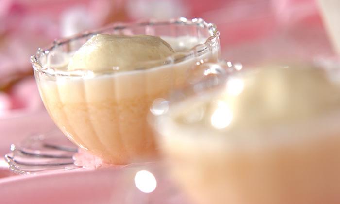【桃の甘酒】  ひな祭りやお花見などに作りたくなるピンク色のスイーツ。こちらのレシピでは、手作りの桃アイスに温めた甘酒をかけていただきます。香り高い甘酒と冷たいアイスの組み合わせは、思わず笑顔になるおいしさです。