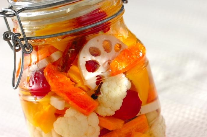 【作り置きピクルス】  野菜の歯ごたえを楽しみたい方におすすめなのが、ピクルス。お好みの野菜をピクルス液に漬けるだけなのでとても簡単です。旬の野菜で作れば、季節感も楽しめて野菜不足も解消◎お腹の調子も整う効果が期待できるので、うれしいこと尽くしですね。