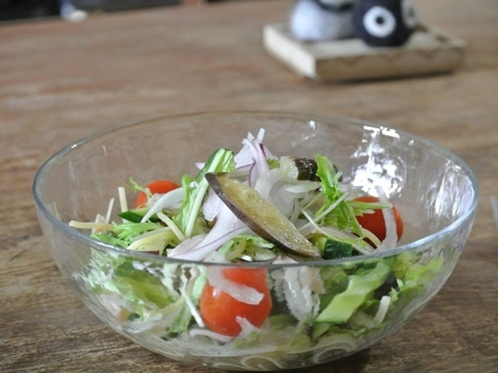 【ぬか漬けパスタ】  ヘルシーな生野菜と発酵食品が一度に摂れるぬか漬けパスタは、レモンの皮の風味でさっぱり爽やかにいただけます。パスタといってもかなりあっさりしているので、ランチはもちろん朝食にも良さそう。