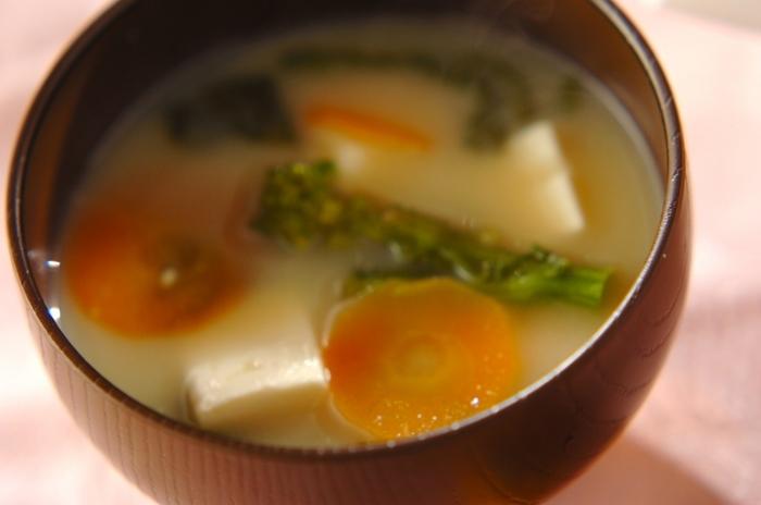 【菜の花の白みそ汁】  上品な白味噌のお味噌汁もおすすめです。春が旬の菜の花を加えて、色どり鮮やかに仕上げています。朝にお味噌汁を飲んで出勤すれば、1日が元気にスタートできそう。もちろん、夕ごはんにもおすすめです。
