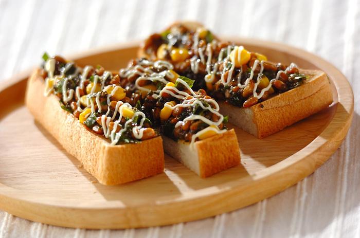 【納豆トースト】  朝はパン派という方におすすめなのが、大葉やコーンと混ぜてトッピングした納豆トースト!1人分で納豆を1パック使うので、腸活にぴったりなんですよ。朝からパワーチャージができそうです。