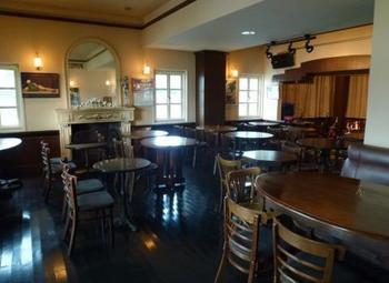 1階はアラカルト料理を提供する『バー&カフェ』。