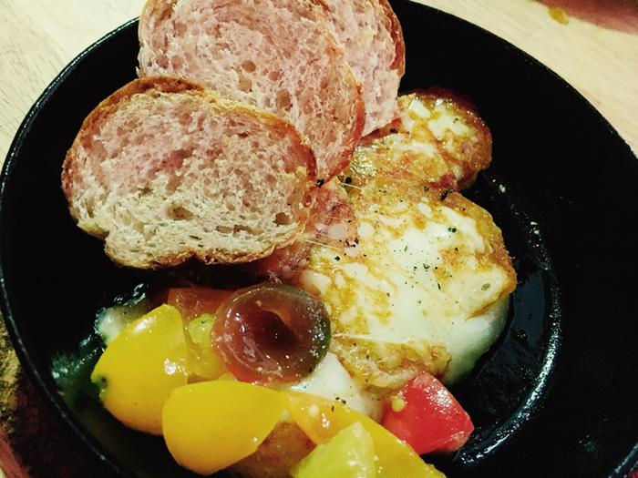 カチョカヴァッロだけをホットプレートやテフロン加工のフライパンなどで加熱しても、野菜や肉、パンと合わせても、ボリュームのある温かいおつまみができますよ。少しのアレンジでおしゃれに、そしてワインが進む美味しい食材として、テーブルを演出してくれるチーズたち、ぜひ試してみましょう。