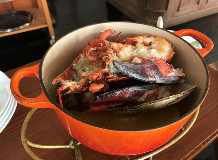 この日はオマールエビとホタテ。美味しいスープを使って、最後にはリゾットに。