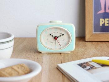 眠い朝でも、ポップで明るい目覚まし時計があれば元気に目覚めることができるかも。明るいカラーと可愛らしいシルエットの目覚まし時計を枕元に。