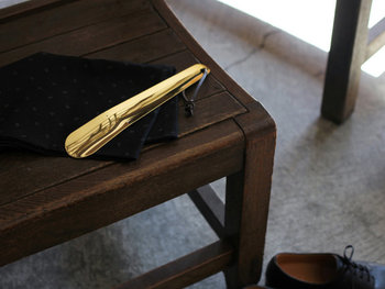 真鍮の靴ベラは滑らかな質感が使いやすそう。玄関に置いておいても様になるオシャレなアイテムです。